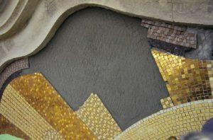 Arany és homokszínű csempék visszaépítése
